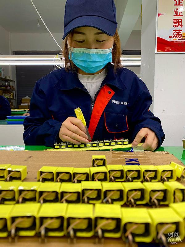 电子厂工人正在加工零件。(总台央视记者李辉拍摄)