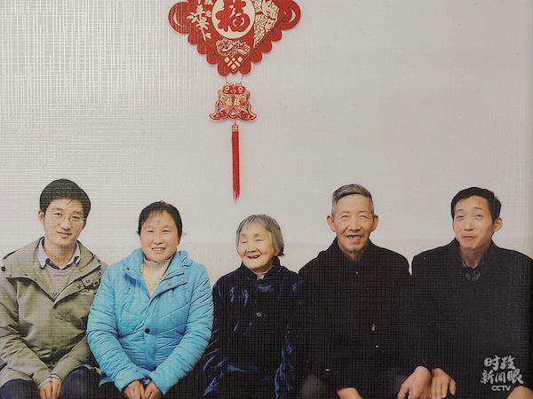 这是汪显平一家人搬进新家后的全家福。(总台央视记者杨立峰拍摄)