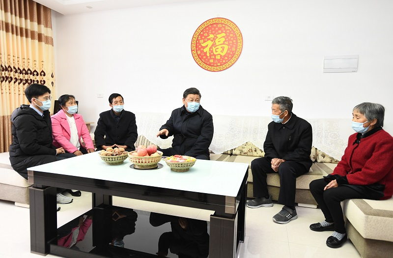 4月21日,习近平在安康市平利县老县镇锦屏社区,同搬迁户汪显平一家围坐在一起拉家常。 新华社记者 谢环驰 摄