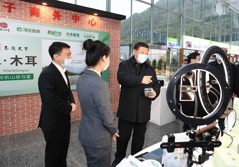 4月20日,习近平在商洛市柞水县小岭镇金米村培训中心,了解该村发展木耳产业情况。 新华社记者 谢环驰 摄