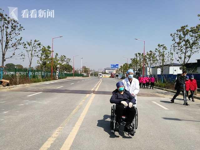 坐着轮椅去上班