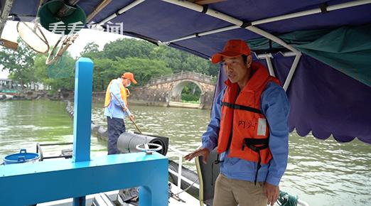 王建伟,如今是江苏无锡鼋头渚风景区蓝藻打捞队队长