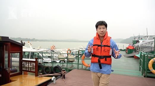 """记者化身""""太湖卫士"""",进行蓝藻打捞作业"""