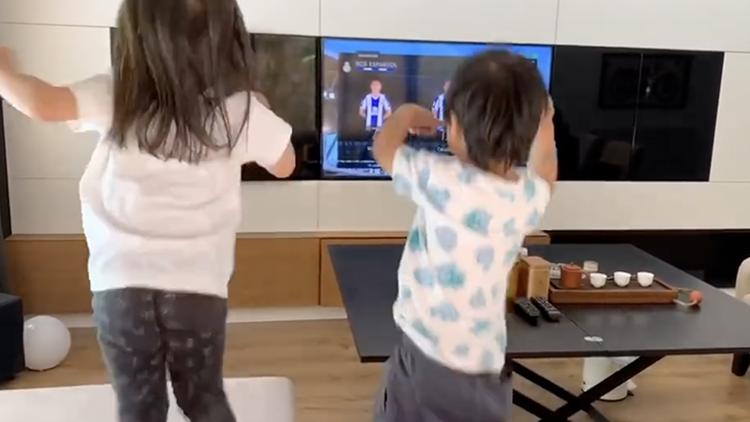 电视机看到武磊进球 一对儿女手舞足蹈萌翻了!
