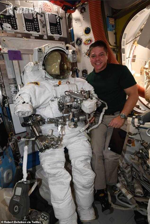 宇航员太空行走 手腕上拴的小镜子