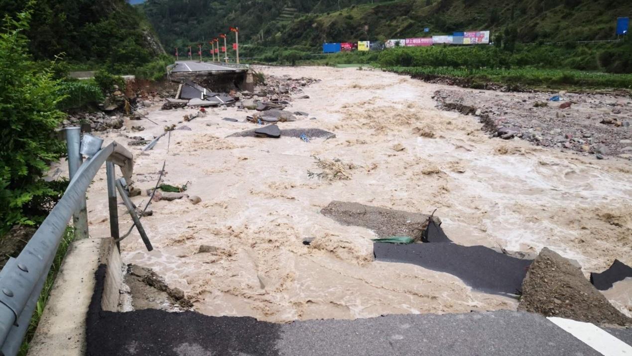 四川冕宁县暴雨引发山洪