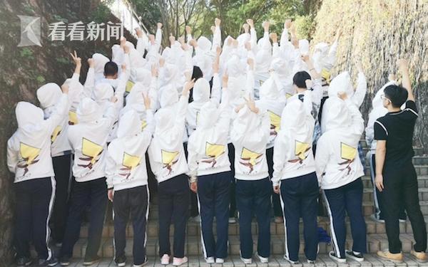 陈老师和青春阳光的同学们在一起