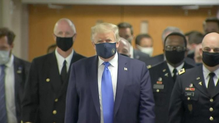 特朗普还是活成自己讨厌的样子:首次公开戴口罩