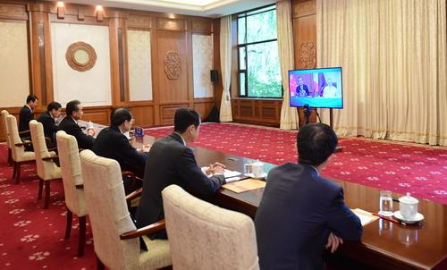 王毅与洛钦举行视频会谈