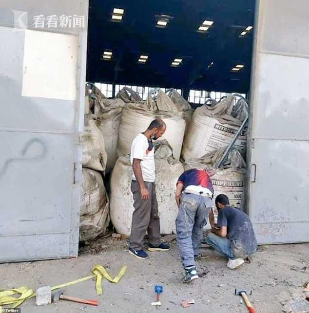 爆炸前同样储存危险化学品仓库大门开着的样子