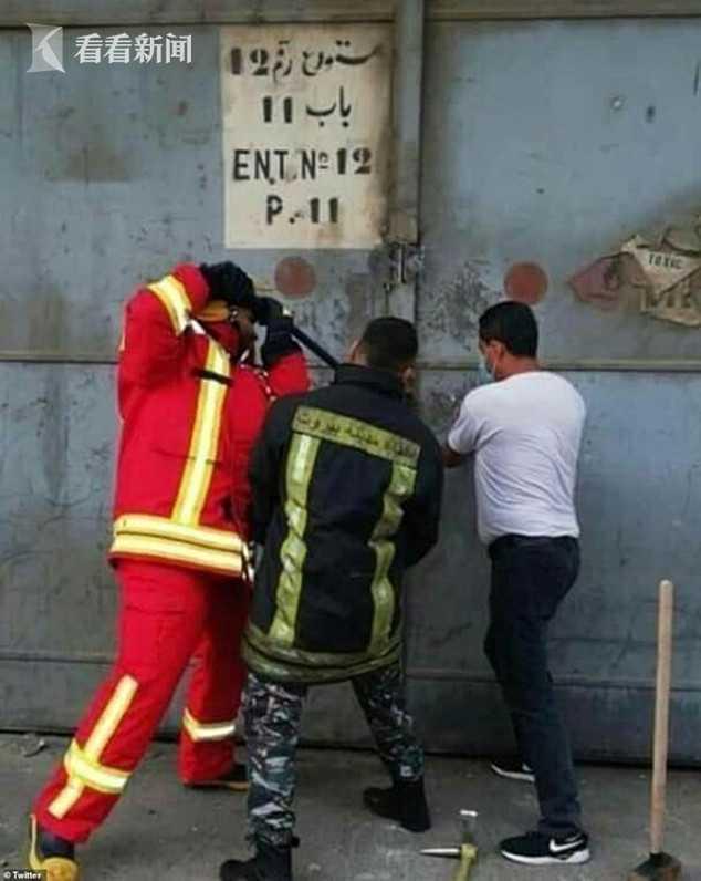三名最先赶到的消防员试图撬开储存硝酸铵仓库的大门