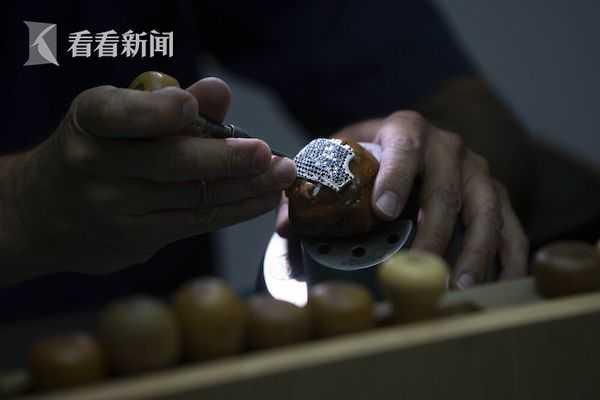 这款口罩制作完哈尔滨奢侈品回收成后将重达270克