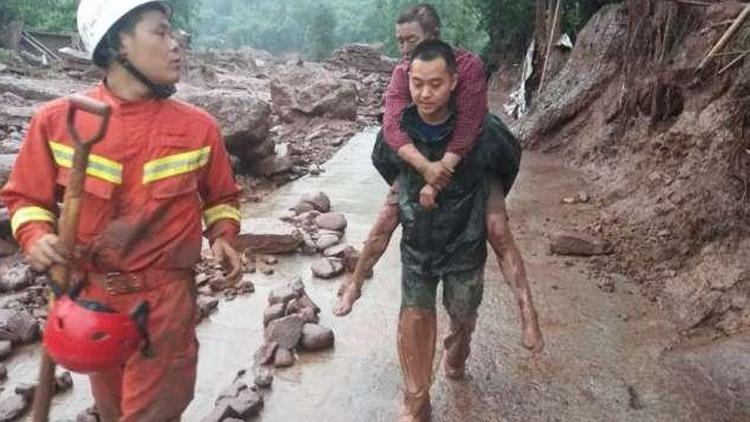 强降雨致雅安6人失联2人被埋 消防紧急救援