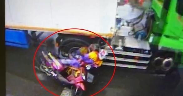 妇人骑车雨衣勾住大货车 下秒遭卷入车底惨死