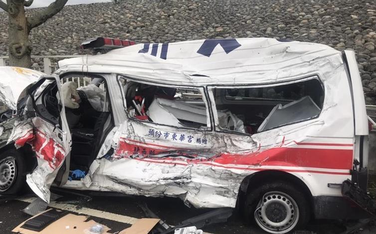 救护车遭油罐车逆向冲撞 车全撞烂3人重伤急救