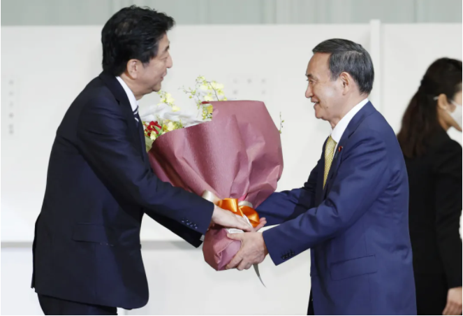 9月14日 菅义伟当选新一任自民党总裁后向安倍晋三送花