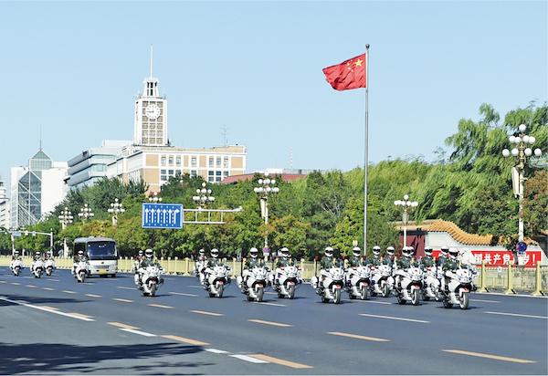 2020年9月8日上午,全国抗击新冠肺炎疫情表扬年夜会在北京国民年夜礼堂盛大举办。这是国度勋章和邦家之光称号获得者乘坐礼宾车从住地动身,在国宾护卫队的护卫下,前去国民年夜礼堂。 新华社记者 戴天放/摄