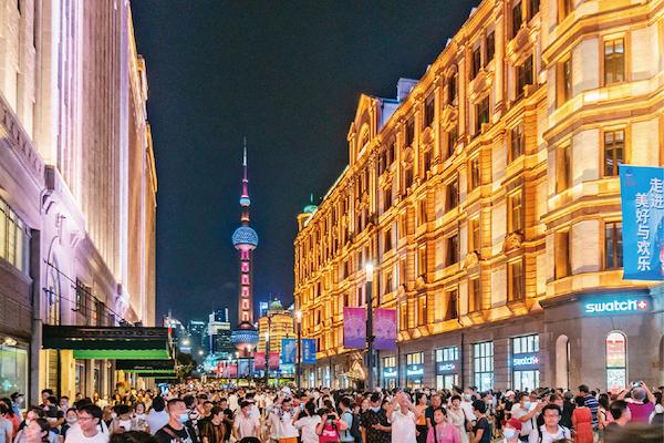 新冠肺炎疫情产生以来,我国兼顾推动疫情防控和经济社会成长,取得明显成效。图为2020年9月12日晚,上海南京路步行街东拓段正式开街。 中新社发 王冈/摄