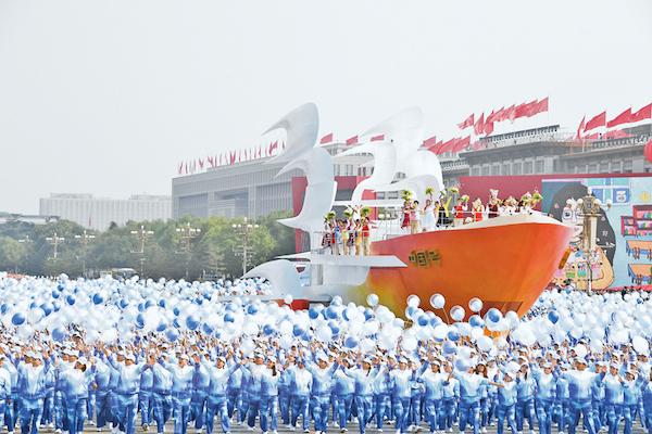 """2019年10月1日上午,庆贺中华国民共和国成立70周年年夜会在北京***广场盛大举办。这是群众***中的""""扬帆远航""""方阵。 新华社记者 李欣/摄"""