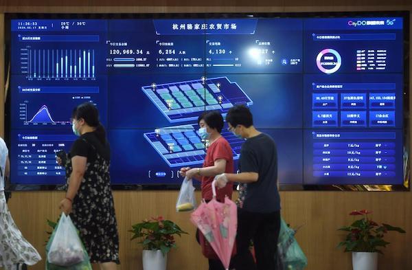 浙江省杭州市的5G农贸市场——骆家庄农贸市场的大屏幕上实时显示交易、客流等相关情况(2020年5月17日摄)。新华社记者 韩传号 摄