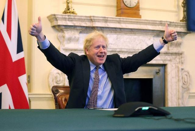 英国首相约翰逊在英国伦敦的首相府庆祝英欧双方达成协议