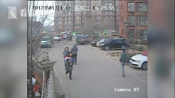 小區監控記錄下了孩子被搶奪的整個過程