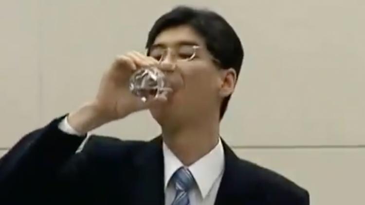 福岛废水能喝菅义伟却不喝 10年前有人颤抖喝下