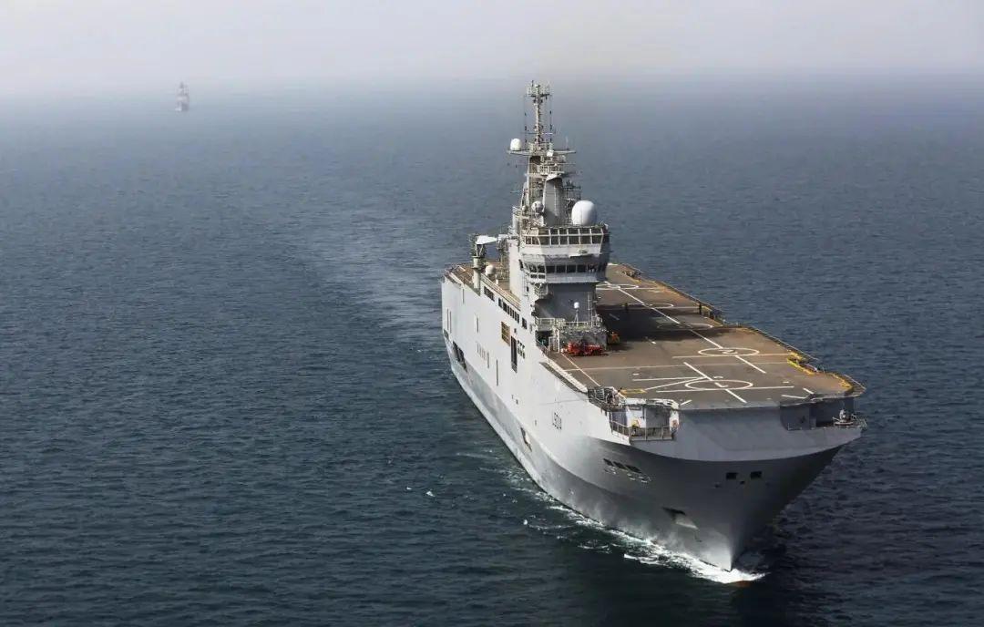 """法国海军西北风级两栖攻击舰""""雷电""""号(资料图)"""