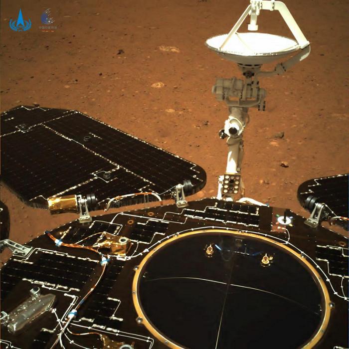 △由导航相机拍摄,镜头指向火星车尾部。