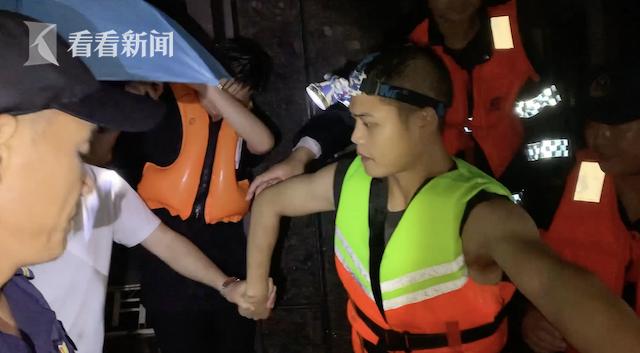 民间志愿者自发组织紧急救援1.png