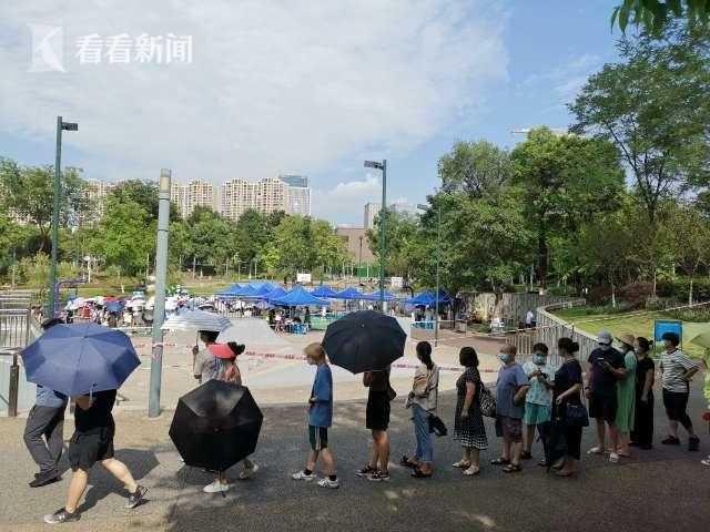 市民排队等待核酸检测