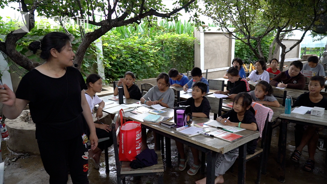 志愿者张妍婷在给孩子们上英语课