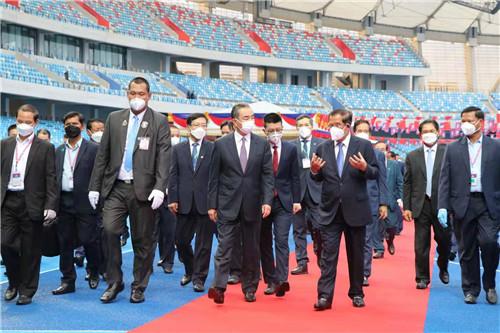 王毅与洪森参观中国援柬体育场项目