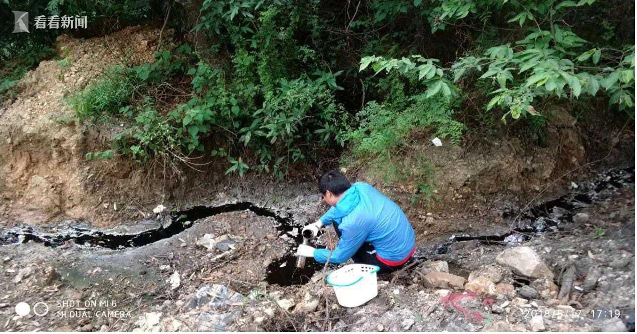 (图2:环保工作人员现场勘查污染水体)