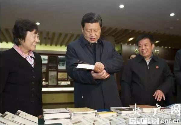 """图为:2013年11月26日习近平来到曲阜孔府考察,并来到孔子研究院。桌子上摆放着展示孔子研究院系列研究成果的书籍和刊物,他一本本饶有兴趣地翻看。看到《孔子家语通解》《论语诠解》两本书,他拿起来翻阅,说:""""这两本书我要仔细看看。"""""""