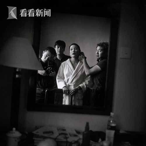李威廉为陈冲上妆,孙周和张海儿在观看,上海龙华宾馆,一九九九