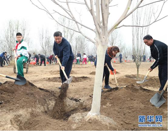 2018年4月,习近平参加义务植树。