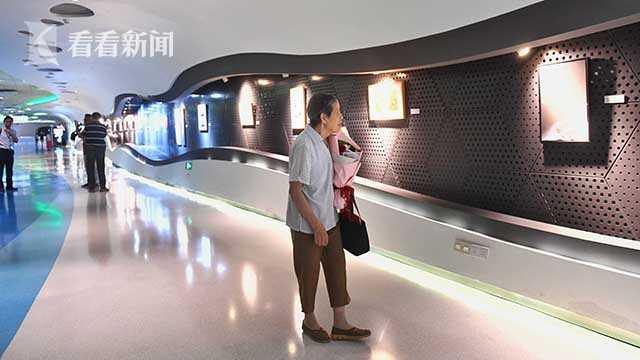 111胡秀珍参观展览.jpg