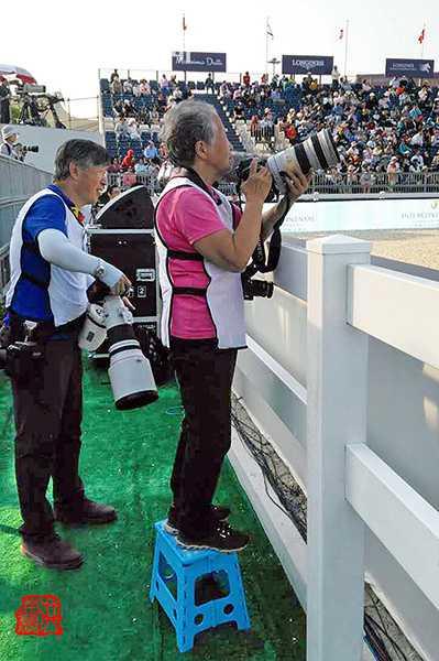 1112016年78岁时洪南丽在拍上海马术赛,个子不够高带张凳子%u3002.jpeg