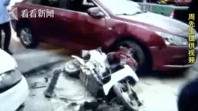 吓人!父女遇车祸被夹两车间 肇事司机竟无视伤者死踩油门 !
