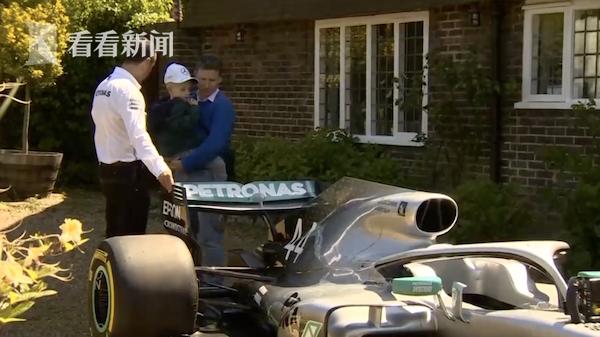 """汉密尔顿化身""""超级暖男""""为5岁患罕见癌症的小男孩空运F1比赛中的冠军赛车!"""