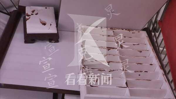 上海:一女子拎哑铃狂砸金店柜台 120件翡翠被毁损失达百万